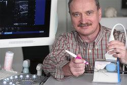 Prof. Dr. Heinrich Martin Overhoff simulierte Operationssituation, bei der ein (blaues) Organ einen Krebs im Frühstadium enthält