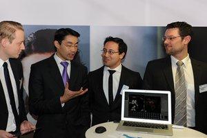 Bundesminister für Wirtschaft und Technologie Dr. Philipp Röslermit Gordon Böhme, yellowmed.com (l.) sowie Pedram Hadjian und Martin Wawro von der Digital Medics GmbH (r.) am Young IT Stand
